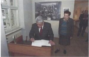 2014年11月9日、多数のユダヤ人が迫害された「水晶の夜(クリスタルナハト)」から75年になるのに合わせて8日、ユダヤ人従業員を強制収容所移送から救うためにたたかったオットー・ワイトさんの元工場(ベルリン)を訪れその英雄的ヒューマニズムを讃え署名するドイツのヨアヒム・ガウク大統領。(AFP11月9日)