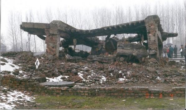 シャルロッテが殺されたガス室の跡。ナチスはアウシュヴィッツ収容所を爆破して証拠隠滅を図った。遠方に写る人物は現代史の学習のため冬休みを利用して訪れたドイツの高校生たち(撮影・筆者2001年1月)。